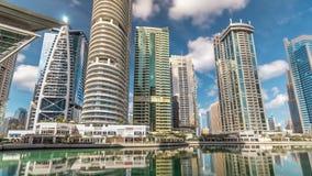 Bostads- byggnader i Jumeirah sjön står högt timelapse i Dubai, UAE arkivfilmer