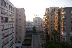 Bostads- byggnader i Netanya, Israel på gryning Arkivbilder