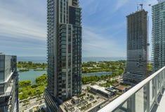 Bostads- byggnader i i stadens centrum Toronto på sjökusten av Ontario Arkivbilder