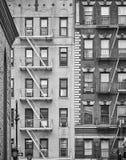 Bostads- byggnader med brandflykter, New York arkivbild