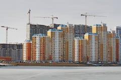 Bostads- byggnader under konstruktion i Moskva Royaltyfria Bilder