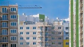 Bostads- byggnader under konstruktion mot blå himmel Royaltyfri Bild