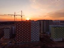 bostads- byggnader under konstruktion på solnedgången från över Royaltyfri Bild