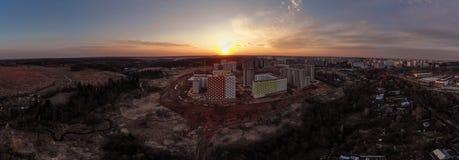 bostads- byggnader under konstruktion på solnedgången från över, panorama Arkivbild