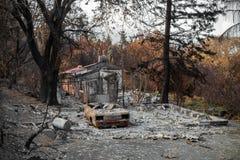 Bostads- egenskap och bil som förstörs i brand Arkivfoto