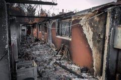 Bostads- egenskap som förstörs i brand Arkivbild