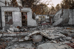 Bostads- egenskap som förstörs i brand royaltyfria foton