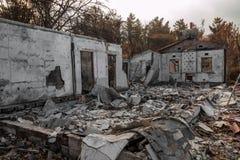 Bostads- egenskap som förstörs i brand royaltyfri fotografi
