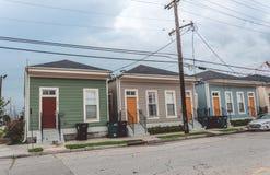 Bostads- gamla hus i den fattiga fjärdedelen av New Orleans, Louisiana, USA arkivbild