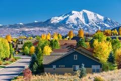 Bostads- grannskap i Colorado på hösten royaltyfri foto
