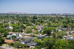Bostads- grannskap i södra San Jose, kommunikationskulle och i stadens centrum San Jose i bakgrunden; sikt från Santa Teresa royaltyfria foton