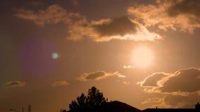Bostads- guld- solnedgång stock video