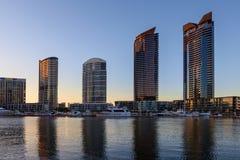 Bostads- höga löneförhöjningbyggnader i hamnkvarterstrand Royaltyfri Foto