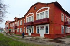 Bostads- hus av arbetare av århundradet för oа XX för halva för papper-danande fabrik det 1st, Dobrush, Vitryssland Arkivbild