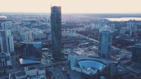 Bostads- hus för modernt höghus i Ekaterinburg på solnedgången gem Bästa sikt av Ekaterinburg på solnedgången Royaltyfria Bilder