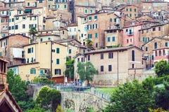 Bostads- hus i medeltida stad av Siena Royaltyfria Foton