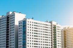 Bostads- hus, identiska balkonger och fönster Royaltyfri Fotografi