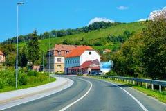 Bostads- hus längs vägen i gata av Maribor i Slovenien arkivfoto