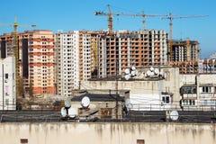 Bostads- hus under konstruktion i ett nytt stadsområde Royaltyfria Foton