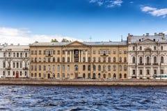 Bostads- hyreshus på den Dvortsovaya invallningen i St Petersburg, Ryssland Arkivfoto
