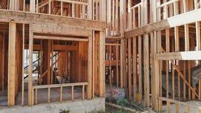 Bostads- inramat hem beskåda strålarna av det nya bostads- hemmet som inramar wood väggar arkivfilmer