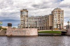 """Bostads- komplex """"omega House"""" för ny elit på flodstranden av den Karpovka floden i St Petersburg Arkivbild"""