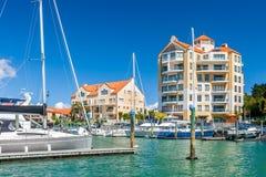 Bostads- lägenheter med den privata marina royaltyfri foto
