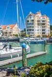 Bostads- lägenheter med den privata marina arkivfoton