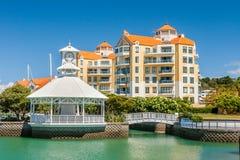 Bostads- lägenheter med den privata marina royaltyfri fotografi