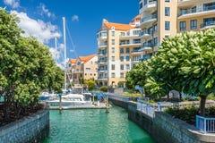Bostads- lägenheter med den privata marina arkivbilder