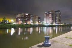 Bostads- lägenhetskomplex på natten Arkivbilder