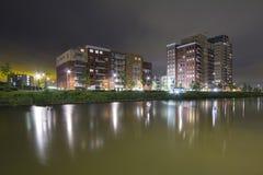 Bostads- lägenhetskomplex på natten Royaltyfri Bild