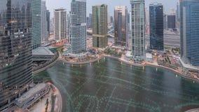 Bostads- och kontorsbyggnader i Jumeirah natt för område för sjötorn till dagtimelapse i Dubai lager videofilmer