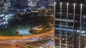 Bostads- och kontorsbyggnader i Jumeirah timelapse för natt för område för sjötorn i Dubai arkivfilmer