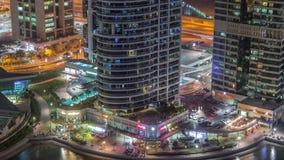 Bostads- och kontorsbyggnader i Jumeirah timelapse för natt för område för sjötorn i Dubai lager videofilmer