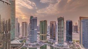 Bostads- och kontorsbyggnader i Jumeirah timelapse för område för sjötorn i Dubai stock video