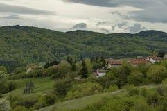 Bostads- område av den bulgarian byn Plana i skog och olika träd med det nya bladet och blomningen på vår Royaltyfria Bilder