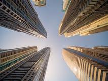 Bostads- skyskrapa i Dubai på en solig dag UAE Arkivbild