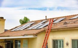 Bostads- sol- installiation på taket fotografering för bildbyråer
