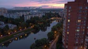 Bostads- stadsområde av Moskvastaden afton härlig himmel lager videofilmer