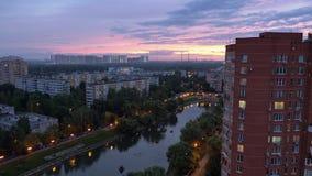 Bostads- stadsområde av Moskvastaden afton härlig himmel arkivfilmer