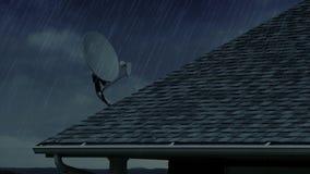 Bostads- tak för regnig dag med den satellit- maträtten arkivfilmer