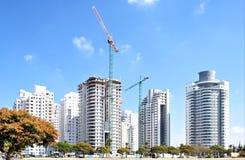 Bostadsbyggande av hus i ett nytt område av staden Holon i Israel royaltyfri bild