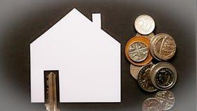 Bostadslån- eller köpillustration med nyckel- mynt arkivfoto