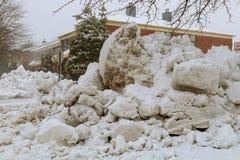 Bostadsområde i tungt snöfall eller snöstorm arkivbilder