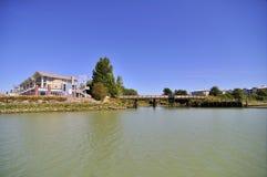 Bostadsområde längs floden Royaltyfri Fotografi