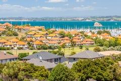 Bostadsområde med marina på en bakgrund arkivfoton