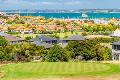 Bostadsområde med marina på en bakgrund och golfbanan på en förgrund royaltyfri fotografi