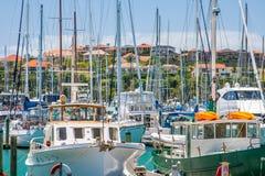 Bostadsområde med marina på en förgrund royaltyfri fotografi