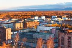 Bostadsområdet av den industriella staden i norra polcirkeln Solnedgång dåliga belysningvillkor Royaltyfri Fotografi